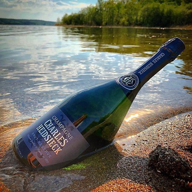 """Blir detta ditt lördagsbubbel? Allt om Vin korade detta bubbel som """"Bästa champagne 2017"""" och @champagnesweden tycker att det är en av de bästa NV på Systembolaget! Jag tenderar att hålla med båda  _______________ ? Charles Heidsieck Brut Réserve (nr 77522; 457 kr).  40% PN, 20% PM och 40% C.  1,1 g/100 ml (Brut). ? Tydligt brödig med lätta kryddigt rökiga och rostade toner blandat med en viss sötma.  Komplex samt utvecklad och smakar mogna gula äpplen, gula plommon, grapefrukt, örter, nougat och mineral. Syran är relativt hög, men mycket bra balanserad.  Skapelsen har en klargul färg med en intensiv klarvit mousse. Vid en blidprovning hade mitt svar varit att detta är en 'årgångschampagne' då smaken och doften är så uttrycksfull och komplex – även om så inte är fallet. Basen, 60%, bygger på 2010 års skörd och den resterande 40% har en genomsnittsålder på 10 år! Kraftfulla toner av mogna äpplen, gula plommon och ärter blandas med lite rökiga nyanser både i näsa och mun. Det är även trevligt att de sätter ut degorgeringsinformationen på baksidan, vilket underlättar om man vill låta den ligga ostört några år. Det här är en jäkligt härlig skapelse! ? 8,5 (mycket bra champagne)! _______________ @provinumvinhandel @charlesheidsieckchampagne  @alltomvin"""