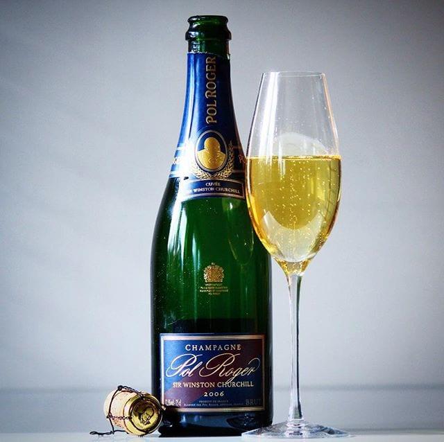 Ny årgång som nyss lanserats måste givetvis provas och denna är godare än föregångaren! _______________ ? Pol Roger Cuvée Sir Winston Churchill (nr 7548; 1449 kr).  Ytterst hemlig, men den består huvudsakligen av Pinor Noir samt en del Chardonnay.  0,5 g/100 ml (Brut). ? Komplex, något utvecklad doft med inslag av rostat bröd, gula äpplen, choklad, hasselnötter och apelsin.  Torr, mycket frisk, komplex, något utvecklad smak med inslag av gula äpplen, mineral, apelsinskal, tropiska frukter, nektarin, nougat och rostat bröd.   Drygt tio år efter Churchills död, 1976, lanserade Pol Roger sin prestigechampagne under namnet Cuvée Sir Winston Churchill. Syftet var att skapa en champagne som liknar Churchills favoritårgång 1947, med druvor från samma vingårdar, samma druvblandning och framställd på i stort sett samma vis som 1947. Detta är ett fantastiskt vin som verkligen visar hur exceptionellt bra champagne man kan skapa! Den är elegant, komplex och balanserad med en enorm smakrikedom och kraft som får vinet att leva länge i munhålan. Primärt återfinner man härliga inslag av gula äpplen, tropiska frukter, nougat och rostat bröd. I jämförelse med den tidigare årgången, 2004, så upplever jag denna mer tillgänglig nu direkt, men det finns även potential för lagring i minst 20 år! ? 9,5 (exceptionell champagne)! _______________ @pol_roger @ldhpolroger @orrefors @erikalagerbielke