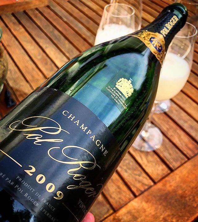 Min champagne jag plockar fram när det är dags att fira - vilket jag gör idag! _______________ ? Pol Roger Brut Vintage 2009 (nr 7536; 569 kr).  60% Pinot Noir och 40% Chardonnay.  0,5 g/100 g (5 g/L) ? Komplex, utvecklad doft med inslag av gula äpplen, rostat bröd, hasselnötter och apelsin.  Torr, komplex, utvecklad, mycket frisk smak med inslag av gula äpplen, gula plommon, rostat bröd, nougat och citrus.  Perfektion innesluten i en flaska. Den har en trevligt fruktig doft som är ytterst komplex. Varje nytt andetag ger en djupare upplevelse som även ökar med stigande temperatur. Smaken är även den mycket komplex och anspelar mycket på mogna frukter i kombination med en härlig brödighet. Syran är balanserad och anspelar på grapefrukt. I Brut Vintage 2008 upplevdes syran mer balanserad samt att aromspektrat är större, men denna är i gengäld mer fruktig och tillgänglig just nu. Utsökt! ? 9,0 (exceptionell champagne)! ______________________ @ldhpolroger @pol_roger @orrefors