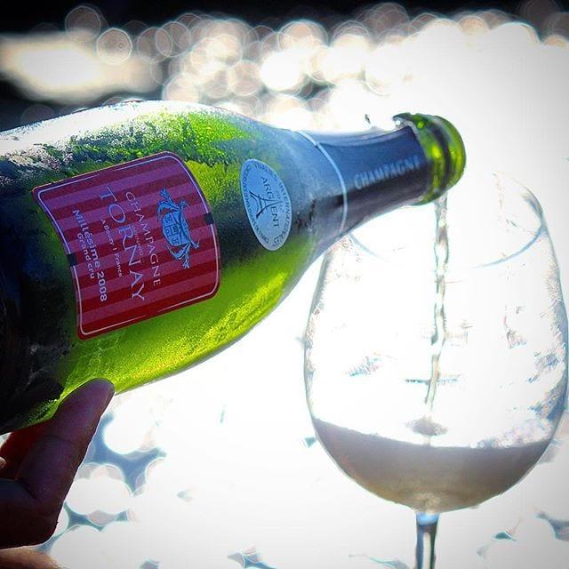 Fantastiska nyheter!!! En av årets absolut mest prisvärda champagner är åter i lager idag! Förra gången tog den slut på 12 timmar så passa på om ni vill prova! Jag har precis beställt ytterligare en låda!! _______________ ? Bernard Tornay Millésime 2008 Grand Cru Brut (nr 71379; 399 kr).  50% Pinot Noir och 50% Chardonnay.  0,8 g/100 ml (Brut). ? Diskret, frisk och lätt komplex doft med inslag av ljust bröd, rött äpple, choklad, solmogen citron, apelsin och mineral.  Torr, mycket frisk, komplex, något krämig smak med inslag av röda äpplen, mineral, grapefrukt, apelsinskal, tropiska frukter, krita, nougat och ljust bröd. Hög syra.   Champagne Bernar Tornay är baserad i Bouzy, en Grand Cru-by strax norr om Epernay som är känd för sin fantastiska Pinot Noir som denna skapelse är baserad till hälften av med resterande hälft frisk Chardonnay. I klassisk @conveija stil återfinns initialt en krispig och pigg syra primärt baserad på citrusfrukter, en bakomliggande mineralitet och en viss krämig textur med en härlig äppelfruktighet. Under uppvärmning öppnad dock ridån ytterligare och tropisk frukt, en spännande smörighet, mogna äpplen samt nougat framträder. I den sista akten, bjuds man på ett härligt sammelsurium och ett löfte om härlig lagringspotential! En låda beställd direkt! Detta är, utan tvekan, en (om inte den) bästa champagnen runt 400 kr! Förra gången njöts den till marulk och idag är den vår aperitif! ? 9,0 (exceptionell champagne)! _______________ @conveija