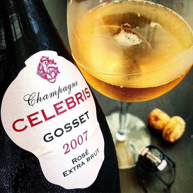 Äntligen fredag!! Vad njuter ni ikväll? Vi slår på stort och öppnar upp en Celebris Rosé 2007, men trots att den är mycket god så är den inte riktigt så bra som jag hoppats på. Skål!! _______________ ? Gosset Celebris Rosé 2007 (nr 77264; 1179 kr).  41% Pinot Noir och 59% Chardonnay   0,5 g/100 ml (Extra Brut). ? Komplex och fruktig med toner av körsbär, jordgubb, hallon och vanilj.  Väldigt torr, fruktig, komplex med inslag av körsbär, hallon, smultron, vanilj, svarta vinbär, tranbär och granatäpple.  Champagnehuset Gosset är det äldsta vinhuset i Champagne. Det etablerades 1584, men det var först under 1700-talet som man började producera champagne. En ljust orangeskimrande höstlövsfärgad kreation med mängder av små små bubblor som aldrig tycks ta slut. Den inehåller 41% pinot noir, men av dessa är 7% rött vin. Den är härligt knastertorr med en frisk fruktighet och ett djup som är fantastiskt! Smakerna är som en explosion i munnen och avlöser varandra i en kavalkad av nyanser, men som försvinner relativt snabbt. Priset är givetvis högt, men för det får man en skapelse som är riktigt spännande och en underbart trivsam upplevelse! ? 8,5 (mycket bra champagne)! _______________ @orrefors @espumante_ab @champagne_gosset @champagnegossetofficiel