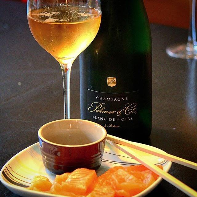 Vissa Blanc de Noirs måste man bara prova innan man dör och detta är en av dem! Prisvärd och av ypperlig kvalité! Idag perfekt ackompanjerad med Sashimi! Skål på er alla!! _______________ ? Palmer Blanc de Noirs Brut (nr 75799; 349 kr).  50% Pinot Noir och 50% Pinot Meunier.  0,7 g/ 100 ml (Brut). ? Doften är mycket komplex och har tydlig arom av honung, äpple, päron, plommon och brioche.  Torr och frisk med mjuk syra. Nyanser av gult äpple, apelsin och grapefrukt blandas med rostat bröd, nötter, choklad och mineral.  Kooperativet Palmer erbjuder en Blanc de Noirs baserad på lika delar av de blå druvorna. Det är en trivsam champagne med härligt mustiga toner av moget gult äpple och pigg citrusfrukt. I bakgrunden hittar man nötter, choklad, russin och en lätt nyans av rostat bröd. Produktionsmässigt har legat på sin jästfällning i tre år med upp till 35% reservvin från tidigare årgångar. Mycket god!! ? 8,5 (mycket bra champagne)! _______________ @champagnepalmer @oenoforos @orrefors