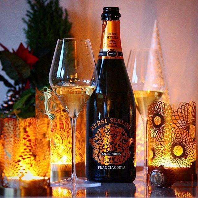 """Franciacorta är en vinregion i Lombardiet som ofta benämns som """"Italiens Champagne"""" och nog är det gott alltid! Perfekt lillördsgsbubbel! ⠀⠀⠀⠀⠀⠀⠀⠀⠀ ? Bersi Serlini Franciacorta Anteprima. ? 77163; 256 kr. 80% Chardonnay och 20% Pinot Nero. 0,5 g/ 100 ml (Brut). ? En frisk arom fylld med mineral, citrus och äpple. Torr, frisk och fräsch med toner av grapefrukt, citron, mandel, mandel med härliga äppeltoner som stannar kvar länge i munnen. Franciacorta är en DOCG (högsta kvalitén) för mousserande vin, där endast druvor från denna region får användas i vinerna. Jordmånen här innehåller mycket mineraler och lämpar sig extra bra för chardonnay. Ordet """"Anteprima"""" är Italienskt och betyder """"Förhandsvisning"""". Det är ett ganska passande ord då man med denna skapelse visar upp vad man kan göra och att det bara blir bättre från denna nivån. En halmgul och mycket trevlig skapelse som både doftar och smakar distinkt av äpple. Moussen är fin och långvarig vilket är samma som eftersmaken. Det är ett riktigt friskt mousserande vin med en lätt syrlig framtoning av citrus som är tämligen långvarig i eftersmaken. Att den är producerat i Lombardiet i Italien brukar skvallra om högkvalitativt hantverk och detta är inget undantag. ? 8,5 (mycket bra Franciacorta)! ⠀⠀⠀⠀⠀⠀⠀⠀⠀ @smaksinnet_nordics @bersiserlini_franciacorta @sophienwaldglass @skultuna1607"""