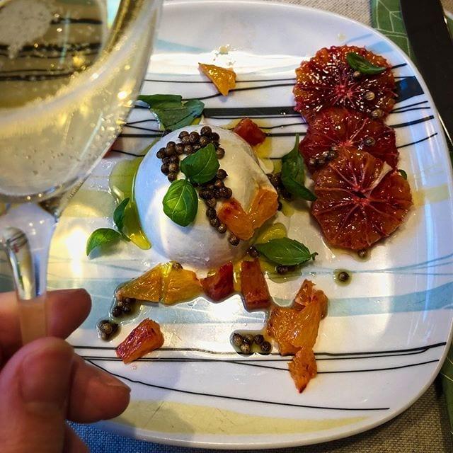 Burrata med blodapelsin, korianderfrö och lavendelolja