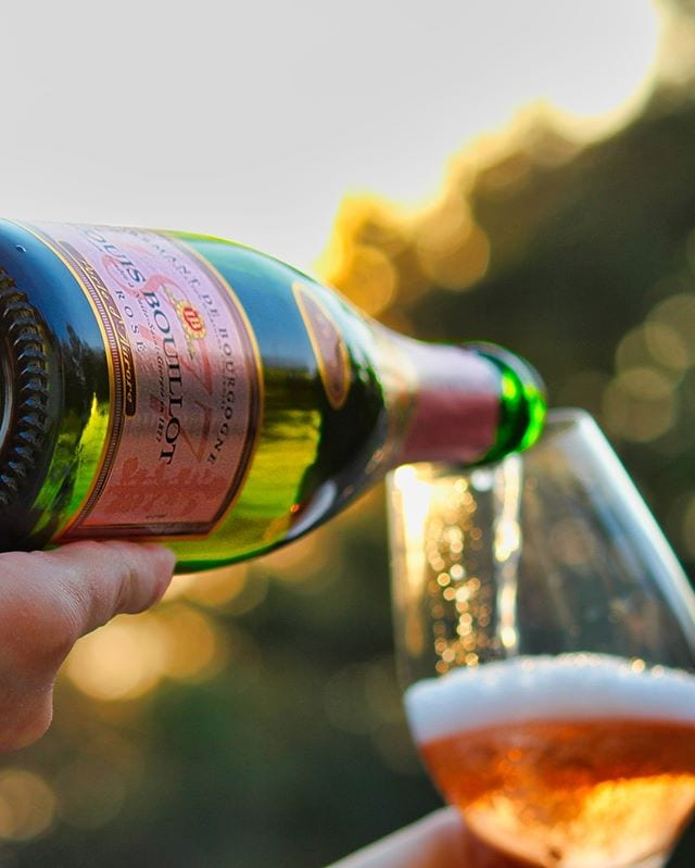 Som utlovat kommer här vinnaren! Visst är den god!?! ⠀⠀⠀⠀⠀⠀⠀⠀⠀ ? Louis Bouillot Crémant de Bourgogne Rosé Brut. ? nr 7781; 129 kr.  80% Pinot Noir och 20% Gamay.  0,9 g/100 ml (Brut). ? Bärig och fruktig doft med inslag av vinbär, smultron, kex och blodapelsin.  Torr, mycket frisk, bärig smak med inslag av smultron, rabarber, vinbär, kex, blodgrapefrukt, äpple och mineral.  Alltsedan starten 1877 i Nuits-St-Georges har Louis Bouillot varit en erkänd tillverkare av mousserande kvalitetsvin i Bourgogne. Idag ägs Louis Bouillot av Boisset-gruppen som också har grundat ett stort vinturistcentrum i Nuits-St-Georges med fokus på Crémant de Bourgogne. Druvorna plockades för hand över hela Bourgogne. Vinet är en non vintage, dvs. det är en blandning av flera årgångar. Detta är en mycket prisvärd crémant som verkligen är fullproppad med smaker och dofter! Ett kraftfullt rosébubbel som inte kommer att göra någon besviken. Jag gillar att njuta den ur lite större kupor för att inte låta beskan ta för stor plats och verkligen låta alla härliga toner av röda bär få fritt spelrum! ? 8,5 (mycket bra Crémant)! ⠀⠀⠀⠀⠀⠀⠀⠀⠀ @louisbouillotofficial
